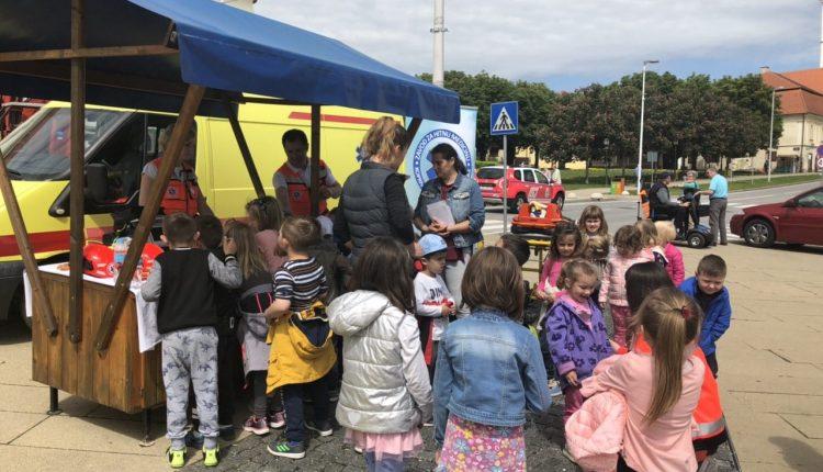Slika djece ispred štanda HMP