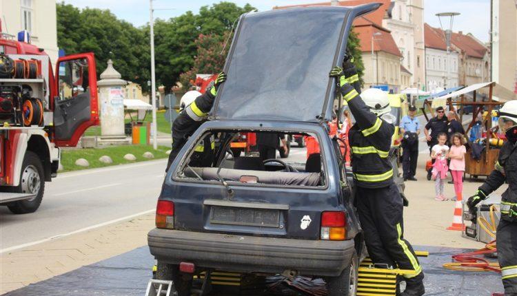 Vježba nesreće, vatrogasci su otpilili krov kako bi došli do unesrećenih