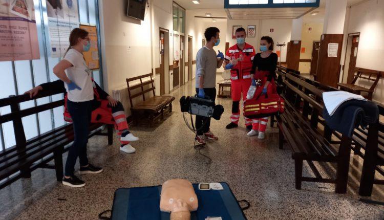 Djelatnici hitne vrše edukaciju populacije na lutki u hodniku doma zdravlja Đurđevac