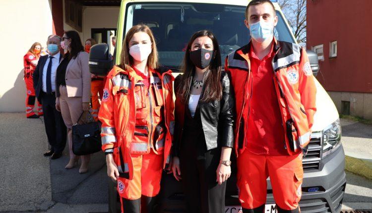 Ravnateljica sa djelatnicima ispred vozila hitne medicinske službe