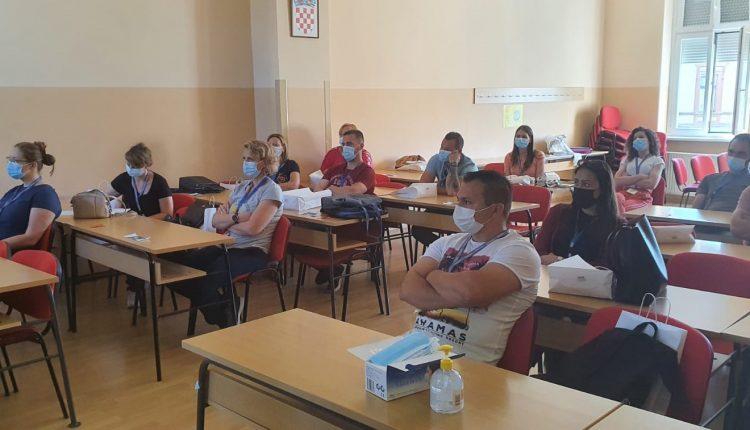 Slika polaznika u učionici kako slušaju predavanje